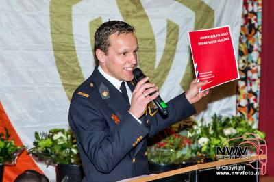 Lintje voor Barend Bosman tijdens brandweer Bindingsavond in Elburg. - ©NWVFoto.nl
