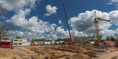 03-05-2016 Opbouw torenkraan voor fase twee winkelcentrum  tHarde. - ©NWVFoto.nl