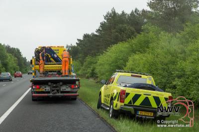 Personenauto raakt met hoge snelheid van de A28 tussen Nunspeet en 't Harde 20-05-2016. - ©NWVFoto.nl