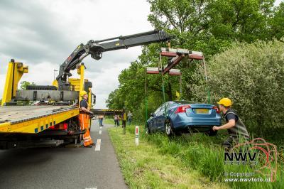 Auto beland na uitwijkmanoeuvre in sloot naast Zuiderzeestraatweg N308 59,6 Wezep 21-05-2016. - ©NWVFoto.nl