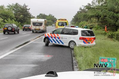 Bestelbus raakt van de weg in regenbui op A28 Re 76,5 Oldebroek. - ©NWVFoto.nl