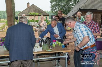 Uitreiking enquête prijzen door Wethouders Harm Westerbroek en Henk Wessel op de zorgboerderij Westbroek op 't Harde. - ©NWVFoto.nl