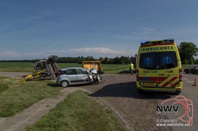 Auto botst op afslaande graafmachine Bremerbergweg- Alikruikweg Biddinghuizen. - ©NWVFoto.nl