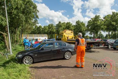 Auto belandt zo wat in sloot tijdens wegrijden van parkeerplaats. - ©NWVFoto.nl