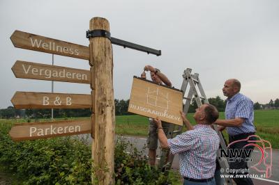 Buurt schenkt uithangbord aan Rijsgaardhoeve in Elburg. - ©NWVFoto.nl