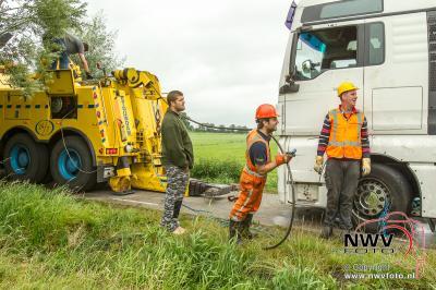 Vrachtwagen beland in sloot naast de Oude Molenweg in Doornspijk. - ©NWVFoto.nl