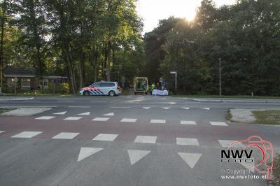 Wielrenners komen met elkaar in botsing op de Eperweg 't Harde. - ©NWVFoto.nl