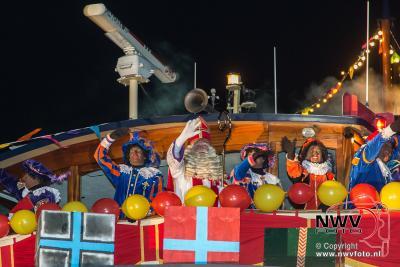 Avondintocht Sinterklaas met zijn pieten in haven van Elburg. - ©NWVFoto.nl