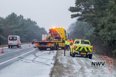 Eenzijdig ongeval door ijzel en sneeuw A28 Li 69,2 't Harde - ©NWVFoto.nl