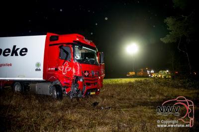 Vrachtwagen beland naast het asfalt van de A28 en komt tegen boom tot stilstand. - ©NWVFoto.nl