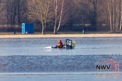 Hovercraft zakt door het ijs van het Drontermeer tussen Elburg en Kampen. - ©NWVFoto.nl