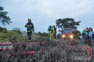 Broei zet berg met snoei afval in brand op heideveld achter de zandverstuiving van Doornspijk. - ©NWVFoto.nl