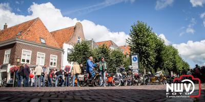 Brommers kiek'n aan de Beekstraat in Elburg. - ©NWVFoto.nl