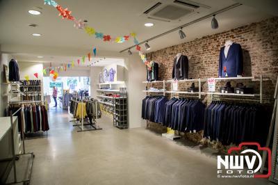 Personeel versierd winkel i.v.m. pensionering Jan Blom. - ©NWVFoto.nl
