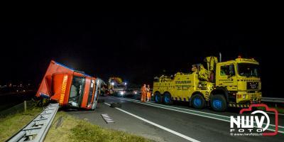 Berging van vrachtwagen die door storm was omgewaaid N50 254.0 - ©NWVFoto.nl