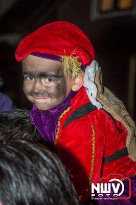 Duizenden kinderen verwelkomen Sinterklaas in Elburg. - ©NWVFoto.nl