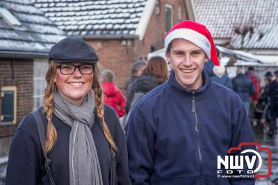 Oliebollen en kerststukjes, niet aan te slepen op kerstmarkt Oostendorp. - ©NWVFoto.nl