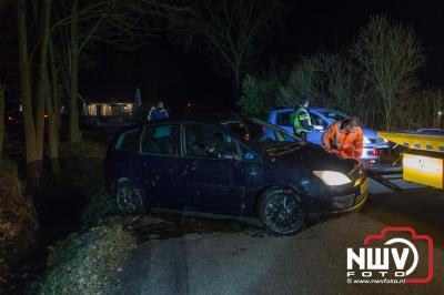 Auto beland in sloot aan de Vreeweg in Oldebroek. - ©NWVFoto.nl