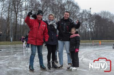 Nieuwe generaties binden voor het eerst de schaatsen onder. - ©NWVFoto.nl