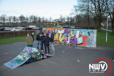 Vrienden gedenken oud Elburger bij skatebaan.  - ©NWVFoto.nl