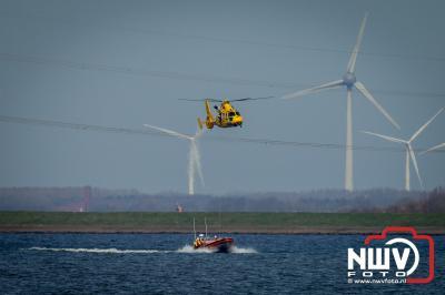 KNRM reddingboot Evert Floor van station Elburg oefent met Sar helikopter op Ketelmeer. - ©NWVFoto.nl