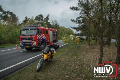 Vrouw beland met busje in vangrail om vervolgens tot stilstand tegen een boom te komen. - ©NWVFoto.nl