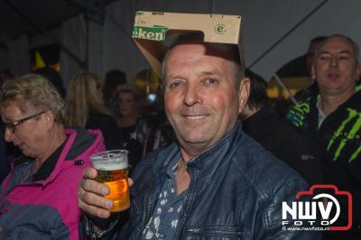 Koningsnacht in de feesttent aan de Stationsweg in Oldebroek. - © NWVFoto.nl
