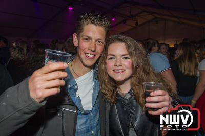 Koningsnacht in de feesttent aan de Stationsweg in Oldebroek. - ©NWVFoto.nl
