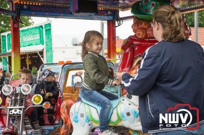 Ondanks het wat sobere weer in de morgen, wisten veel bezoekers de grootste vlooienmarkt van de Veluwe te vinden. - ©NWVFoto.nl