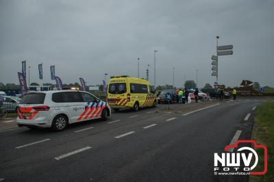 Dame naar het ziekenhuis na ongeval op rotonde Zuiderzeestraatweg met Gerichtenweg in Elburg. - ©NWVFoto.nl