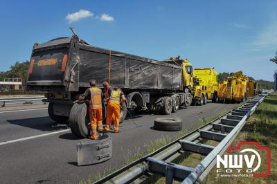 Vrachtwagen met 30 ton asfalt kantelt op A28 Re 62.0 Nunspeet nadat hij eerst in de geleiderail terecht was gekomen. - ©NWVFoto.nl