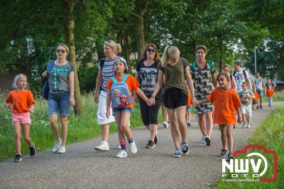 Nadat de eerste avond in verband met het onweer was afgelast was het woensdagavond prachtig wandelweer en gingen 1400 betalende wandelaars van start. - ©NWVFoto.nl