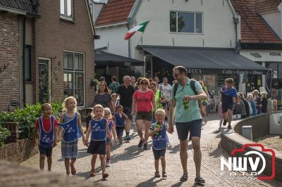 Net voor zes uur kwam er nog een forse bui naar beneden maar daar na was het weer gezellig wandel weer in de omgeving van Elburg. - ©NWVFoto.nl