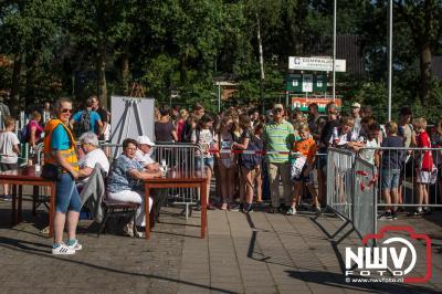 De Oldebroeker nieuwbouw en het bosgebied er om heen was op de tweede dag het decor voor de wandelaars op 't Harde. - ©NWVFoto.nl