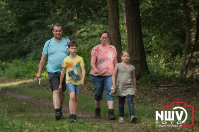 Donderdag liepen de wandelaars door de prachtige bossen van de landgoederen die 't Harde rijk is. - ©NWVFoto.nl