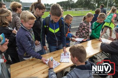 Op de laatste avond was het verzamelen op de Veldbiesweg om vervolgens het defilé naar het sportpark te lopen. - ©NWVFoto.nl