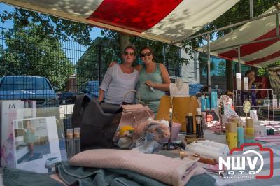 Kleedjesmarkt en braderie en heel warm, tijdens de Oostendorperdagen op zaterdag - ©NWVFoto.nl