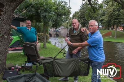 Karper vissen in Elburgse gracht van uit de tuin van je oom en tante, geheel verzorgt.  - ©NWVFoto.nl