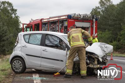 Auto belandt op zijkant na ongeval tegen boom op A28. - ©NWVFoto.nl
