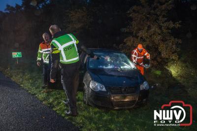 Zoek actie naar persoon na aantreffen van auto op zijn dak in berm van A28. - ©NWVFoto.nl