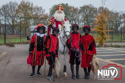 Sint komt te paard op 't Harde aan, en geeft een feestje voor de kinderen in het MFC Aperloo.  - ©NWVFoto.nl