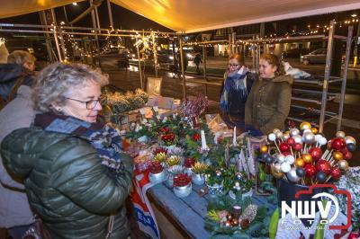 Ondanks dat er kraamhouders inpakte door de harde wind en regen, was het gezellig druk. - ©NWVFoto.nl