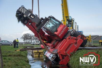 Verreiker zakt weg in berm en kantede in de Klarenbeek.  - ©NWVFoto.nl