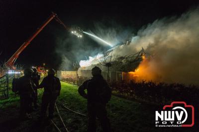 Woning met rietenkap aan Vierhuizenweg in Oldebroek volledig in as na schoorsteenbrand. - ©NWVFoto.nl
