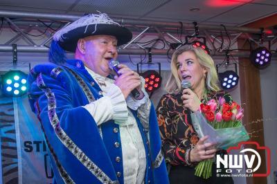 Hollands Benefiet kan waardecheque van 1735 euro aan stichting Hoogvliegers overhandigen. - ©NWVFoto.nl
