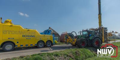 Landbouwvoertuig beland in droge sloot langs Burgemeester Frieswijkweg in Doornspijk - ©NWVFoto.nl