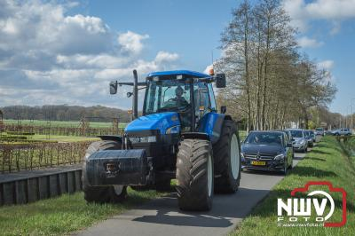 Bestelvrachtwagentje botst achter in auto en komt tot stilstand tegen een tractor op de andere weghelft. - ©NWVFoto.nl