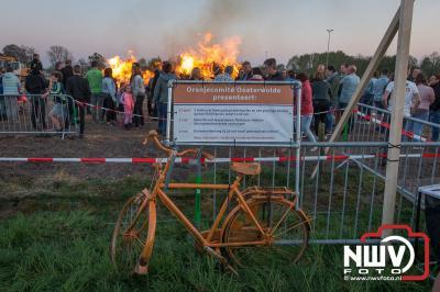 Gezelligheid rond de paasbult aan de Duinkerkerweg in Oosterwolde. - ©NWVFoto.nl