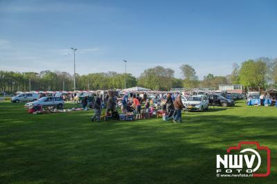 Vlooienmarkt op sportpark De Heare trekt veel bezoekers. - ©NWVFoto.nl