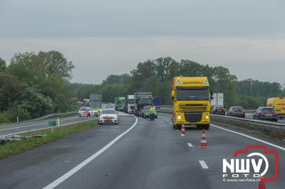 Vrachtwagen schiet van talud na aanrijding op A28 bij Wezep. - ©NWVFoto.nl